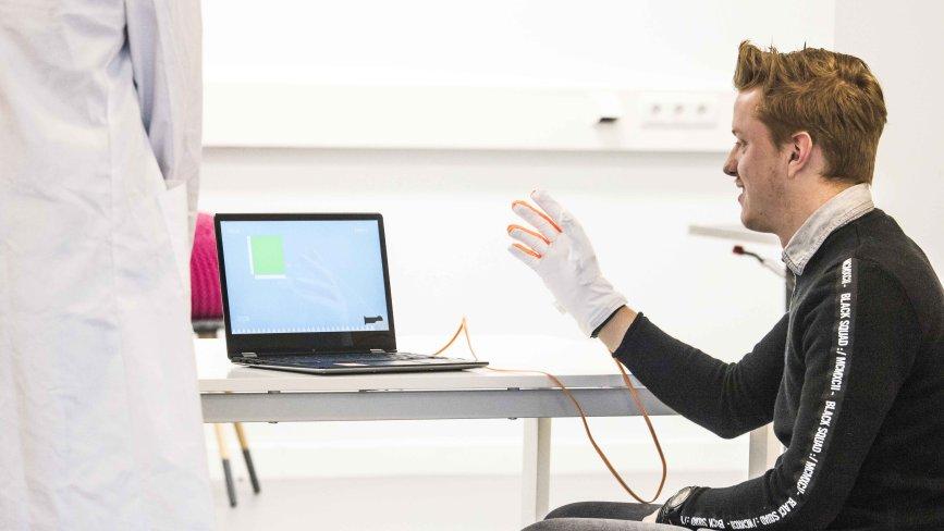 Innovativer Reha-Handschuh: ZENIT-Kunde gewinnt hochdotierten US-Innovationspreis